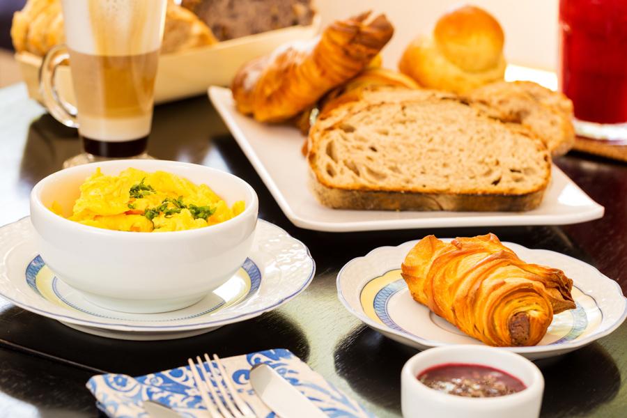 Combo de café da manhã da padaria Adélia Boulangerie fotografado pelo fotógrafo de gastronomia Romero Cruz para a revista Veja Comer