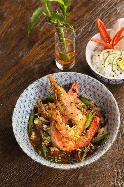 Restaurante Lagundri em Campinas foto dos camarões salteados e legumes na foto do fotógrafo Romero Cruz para a revista Veja Comer