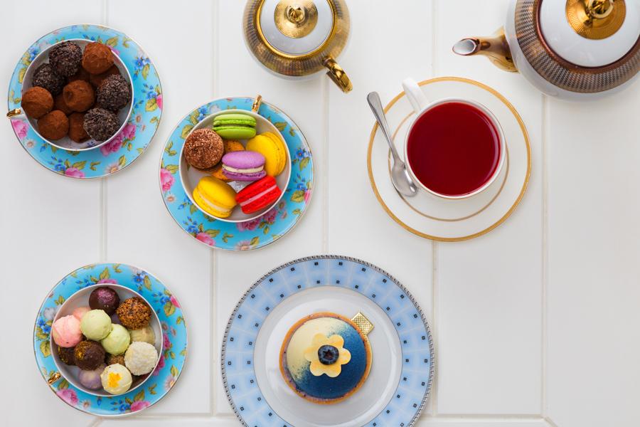 Fotógrafo Romero Cruz e os maravilhosos doces da doceria Maria Antonieta na foto trufas, macarons o musse e o chá