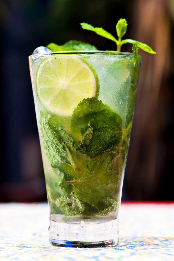 Drink de vodka limão e hortelã na fotografia de Romero Cruz fotógrafo de gastronomia