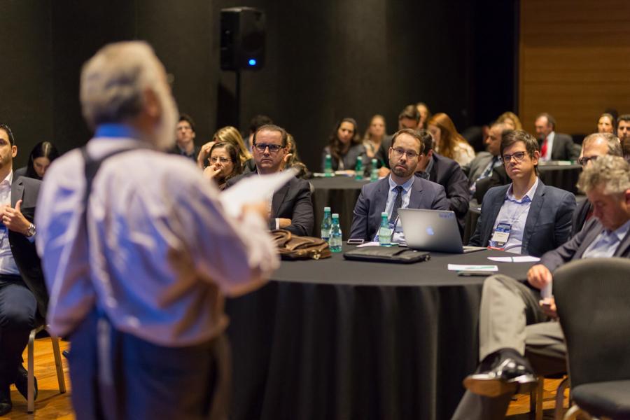 Público ouvindo com atenção a palestra em evento no Hotel Unique realizado pela consultoria Frost