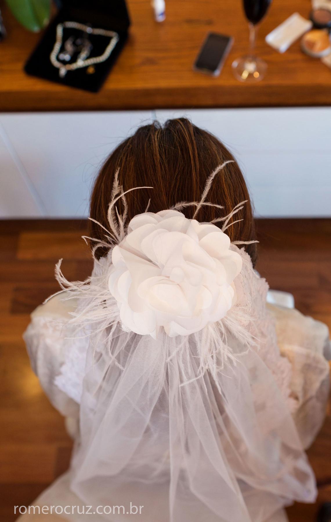 Foto do detalhe do vestido da noiva em making of
