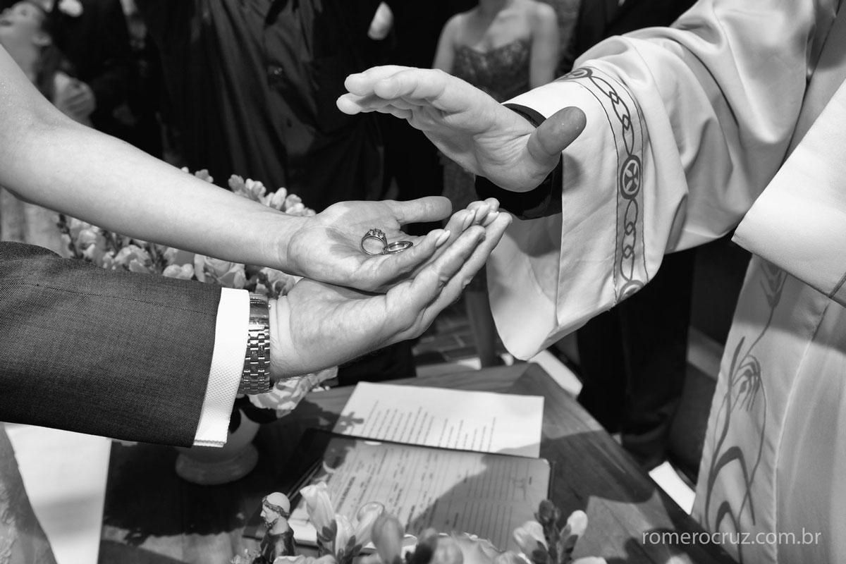 Foto do detalhe da benção das alianças em casamento
