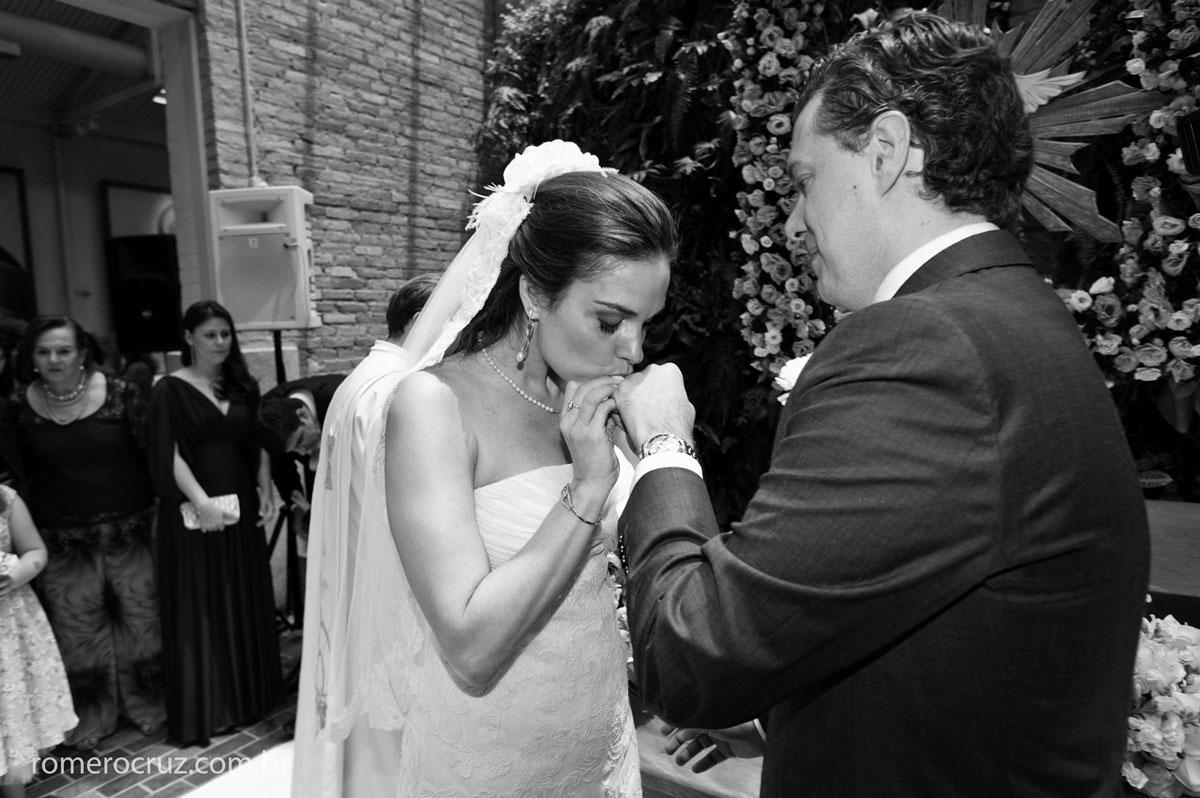 Noiva beija aliança de casamento