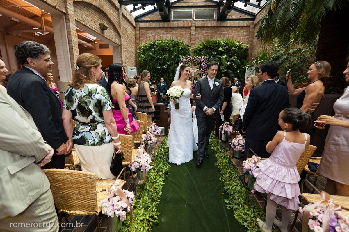 Saída dos noivos em casamento no Restaurante Cantaloup
