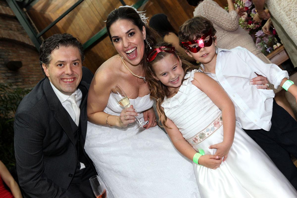 Casal de noivos com crianças em casamento