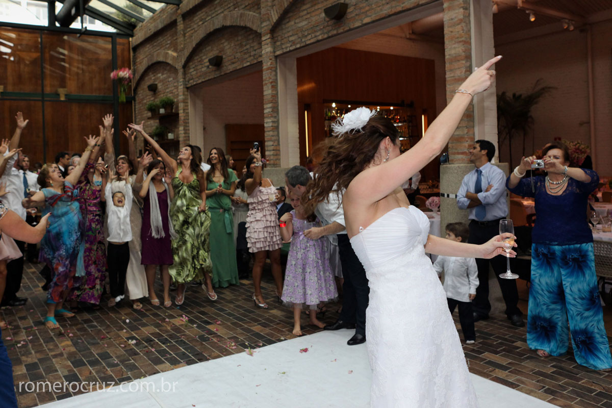 Foto do momento em que noiva joga o bouquet em casamento