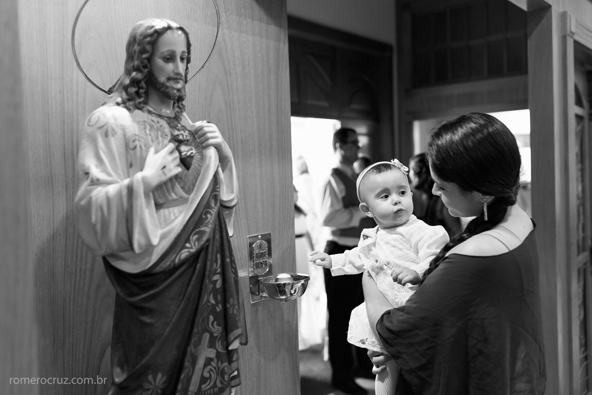 Sobrinha da noiva brinca antes do casamento na paróquia Verbo Divino em São Paulo-SP