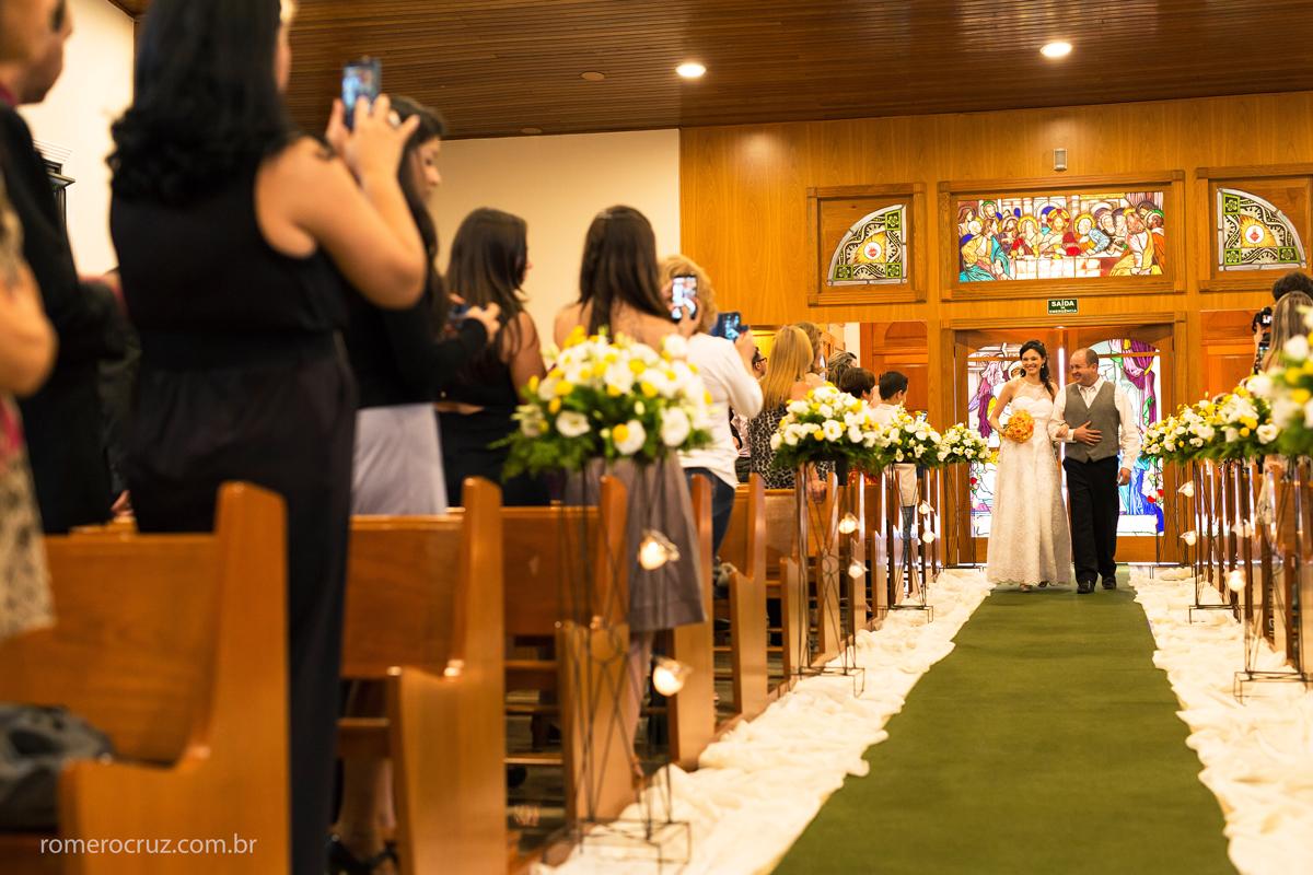 Entrada da noiva Amanda em casamento na igreja verbo divino na chácara Santo Antonio em São Paulo-SP