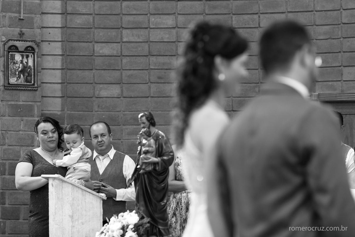 Irmã da noiva emocionada em casamento da irmã