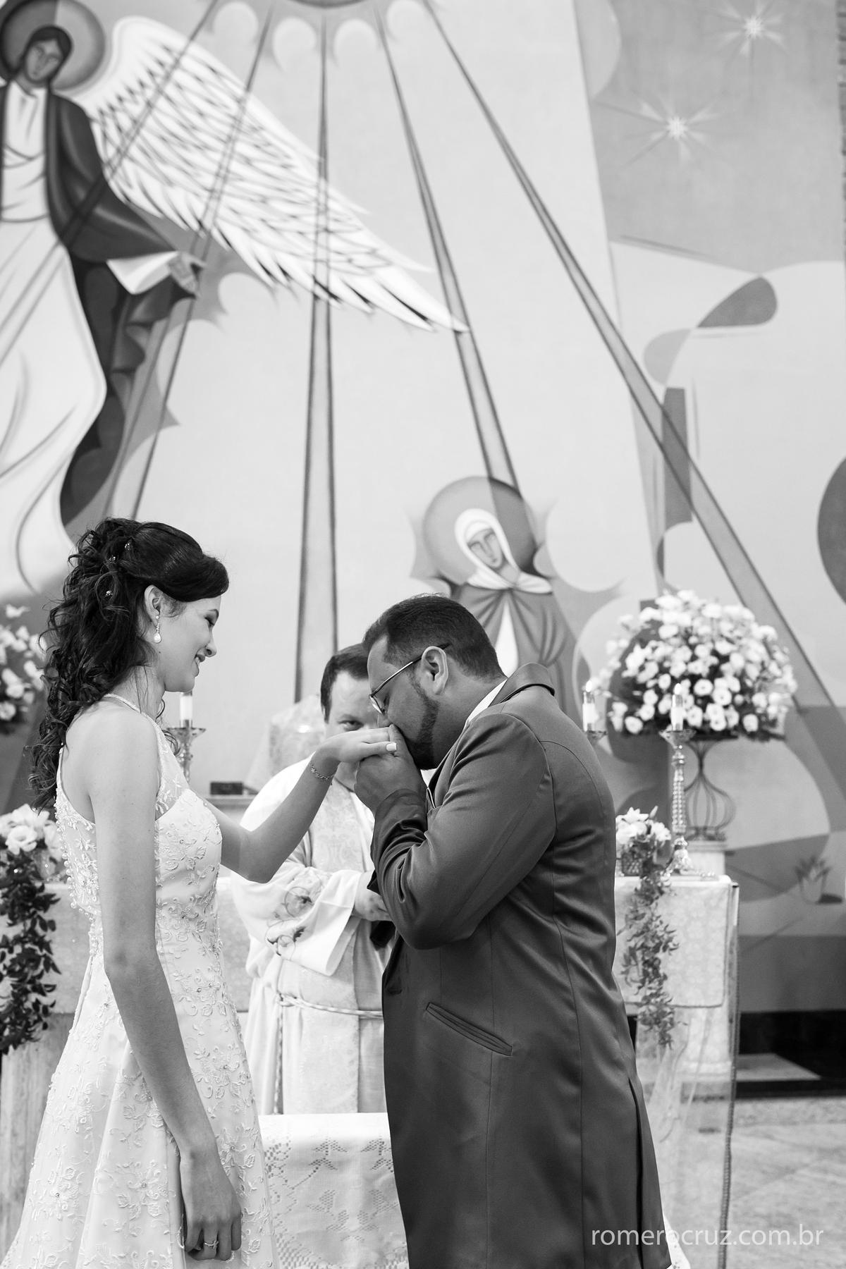 Romero Cruz fotógrafo profissional de casamento fotografa beijo emocionante do noivo