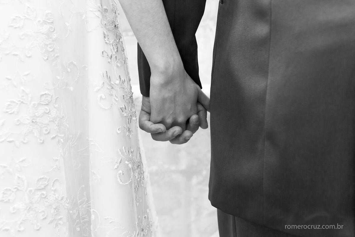 Nessa fotografia Romero Cruz fotografou o detalhe das mãos dos noivos