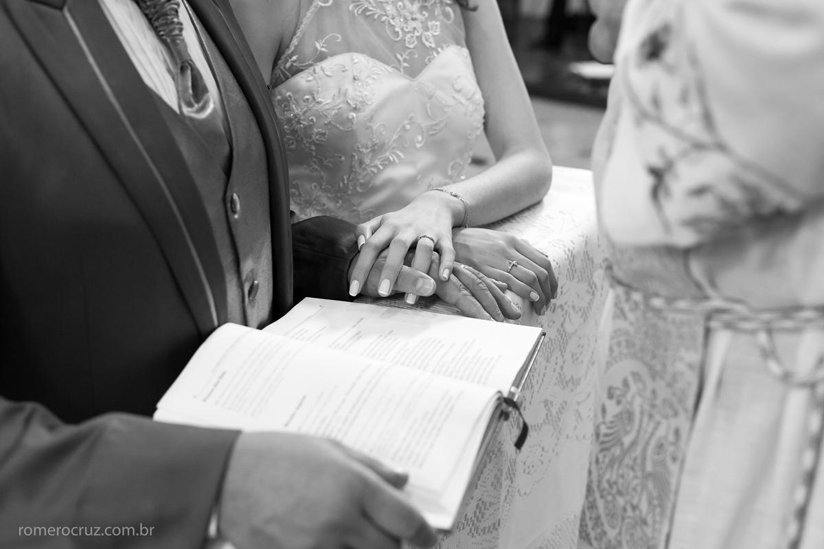 Foto do detalhe das alianças dos noivos feita pelo fotógrafo Romero Cruz