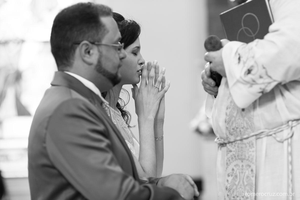 Noiva em oração emocionante em casamento