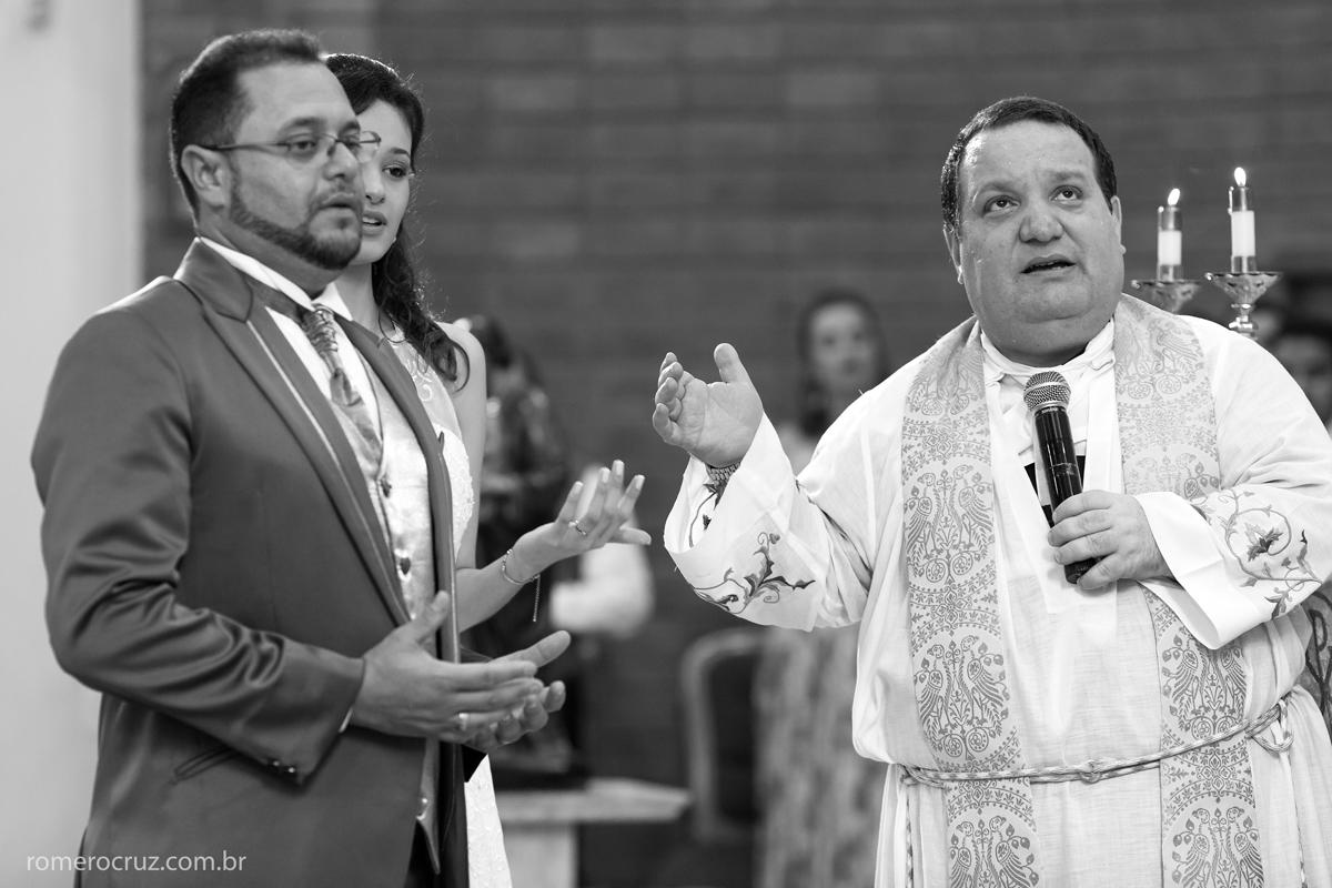 Padre e noivos pedem a benção em casamento na paróquia Verbo Divino