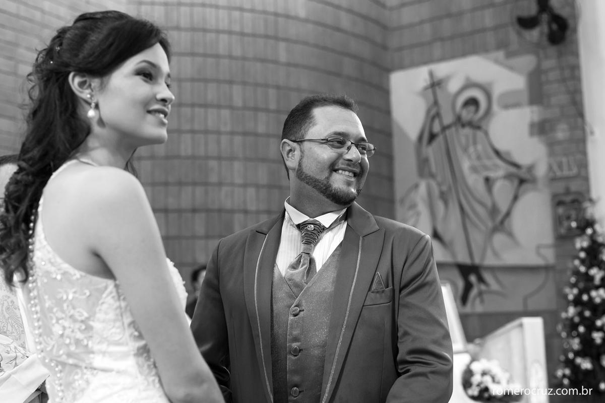 Noivos de emocionam com entrada da daminha em casamento