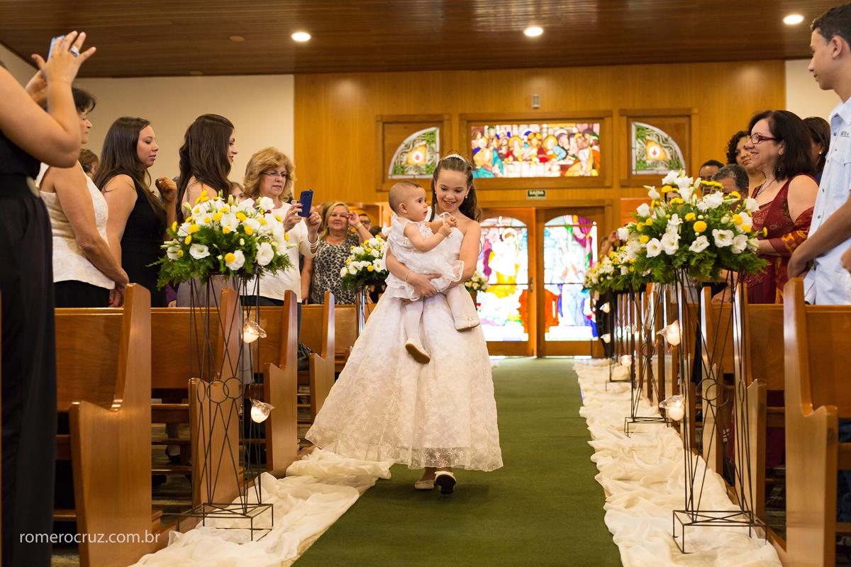 Entrada da daminha em casamento na Igreja Verbo Divino na chácara Santo Antonio em São Paulo-SP