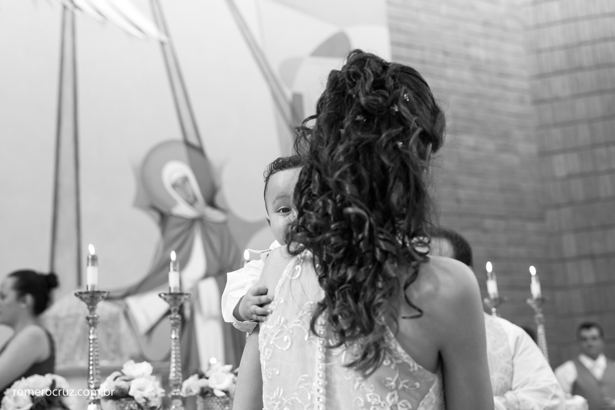 Noiva segura filho emcionada em casamento fotografado pelo fotógrafo Romero Cruz