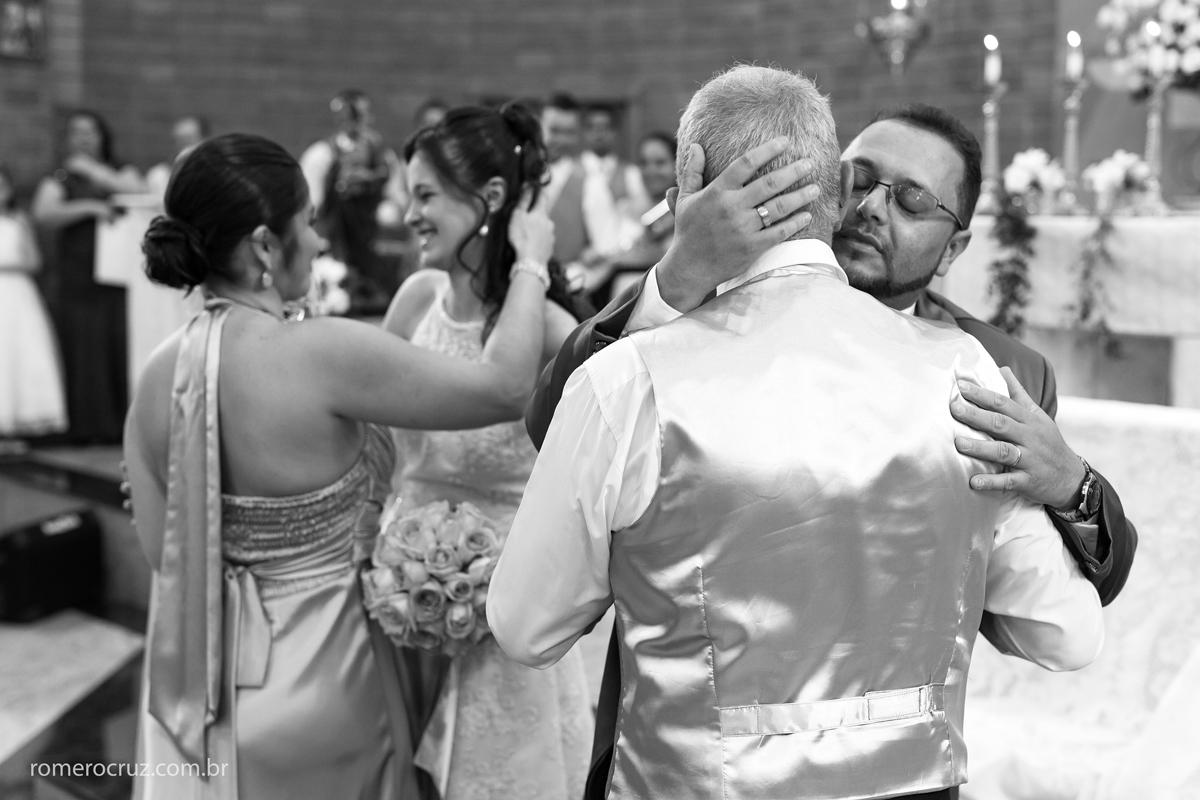 Casal de noivos recebem os cumprimentos em casamento fotografado pelo fotógrafo Romero Cruz