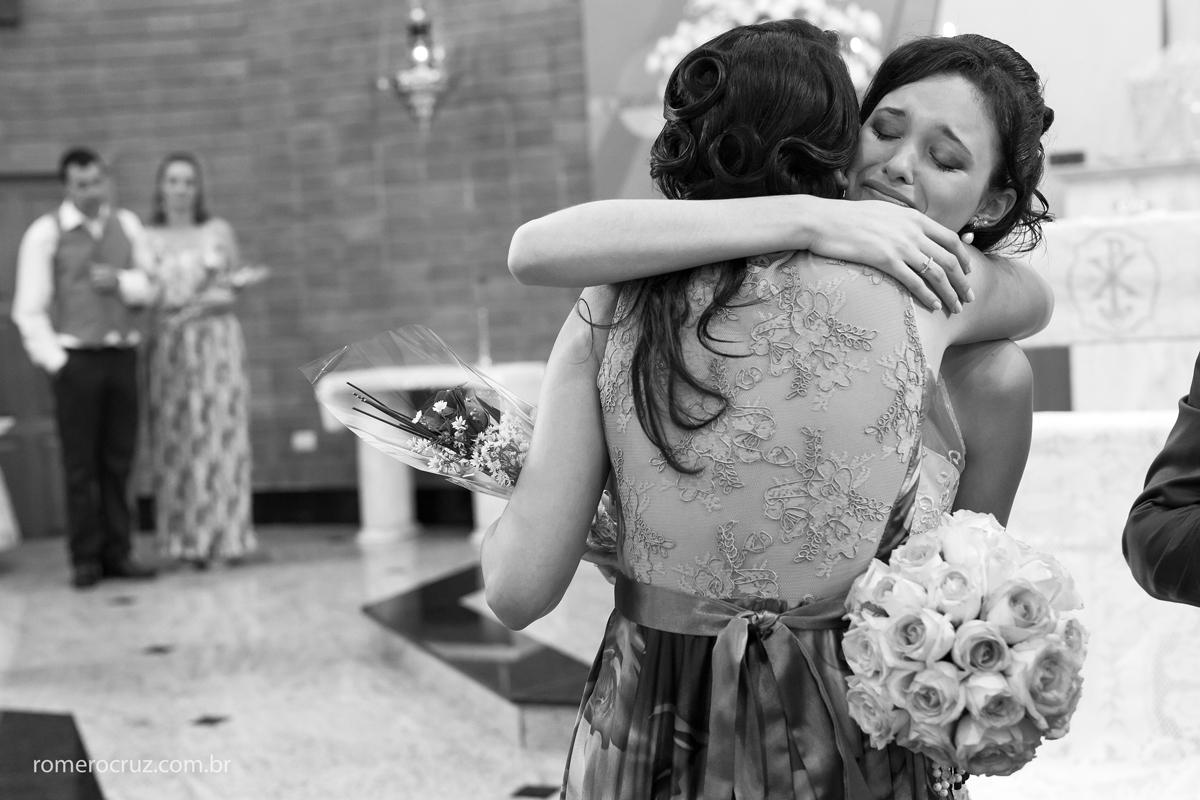 Noiva em abraço emocionante da tia na fotografia de Romero Cruz