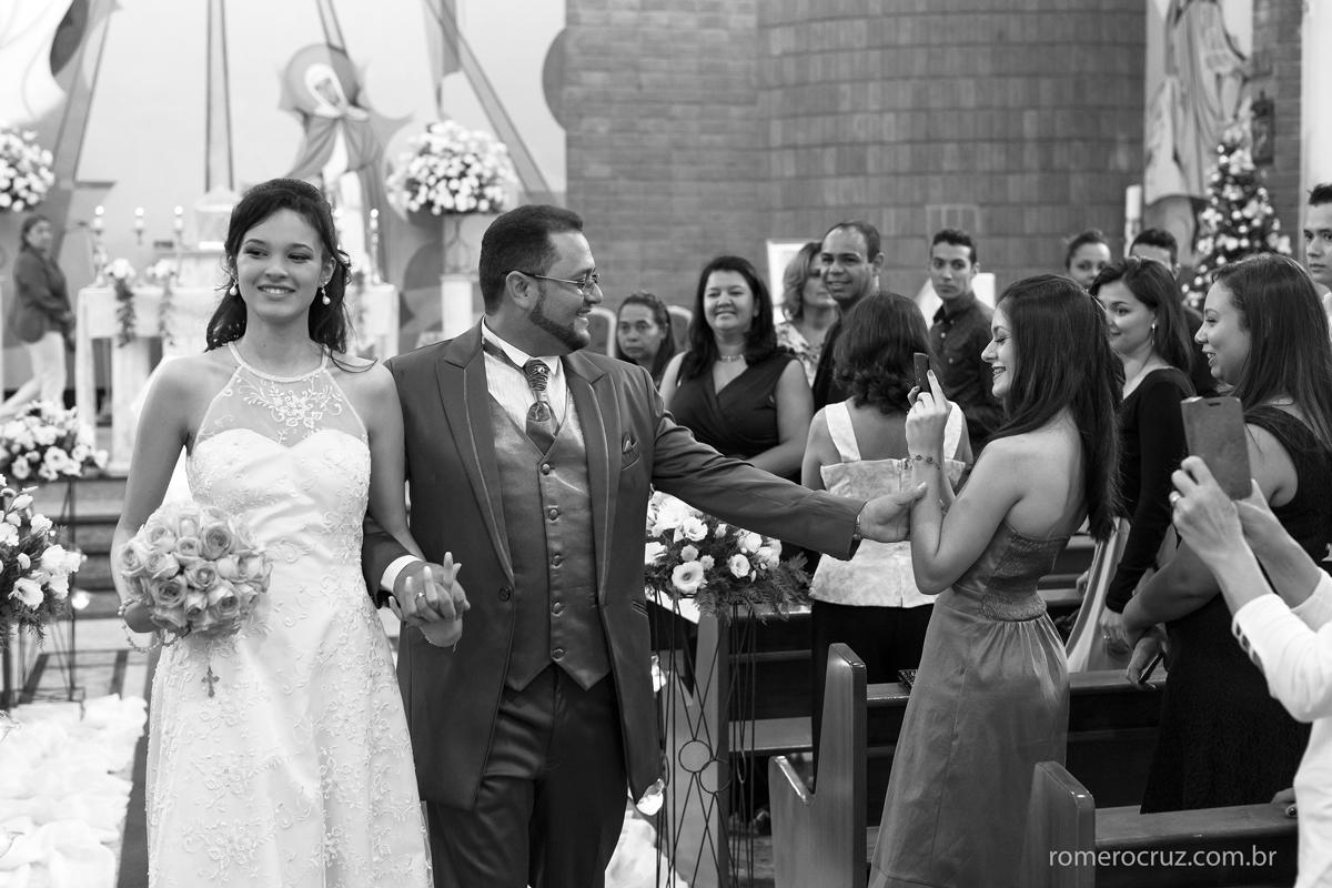 Saída dos noivos em casamento na Igreja Verbo Divino