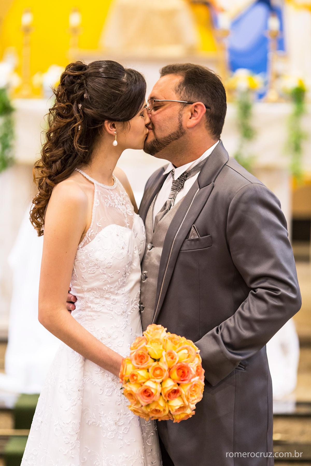 Beijo dos noivos em casamento na Igreja Verbo Divino fotografado pelo fotógrafo Profissional Romero Cruz