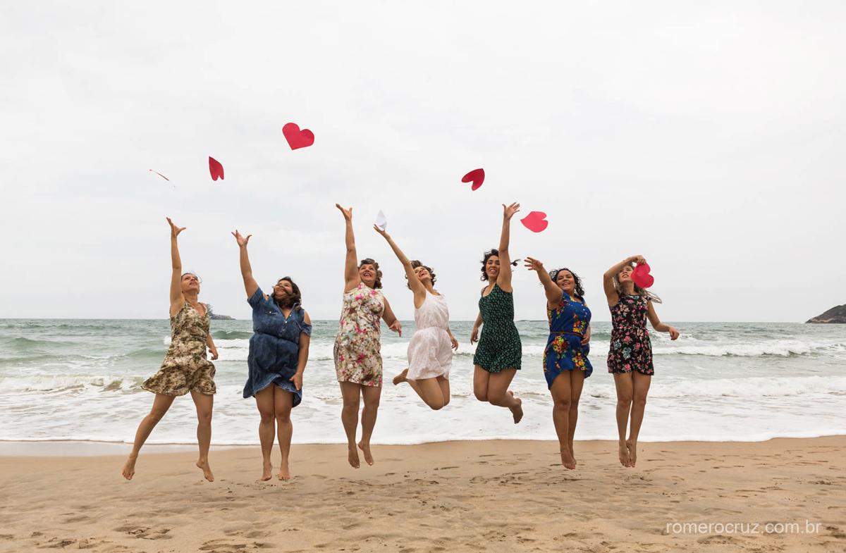 Romero Cruz fotógrafo profissional de casamento fazendo o making of da noiva com suas madrinhas na praia