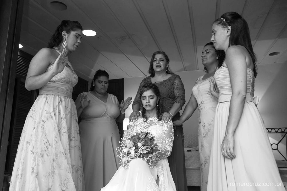 Momento emocionante de oração da noiva com sua mãe e madrinhas em making of de noiva na fotografia do fotógrafo Romero Cruz