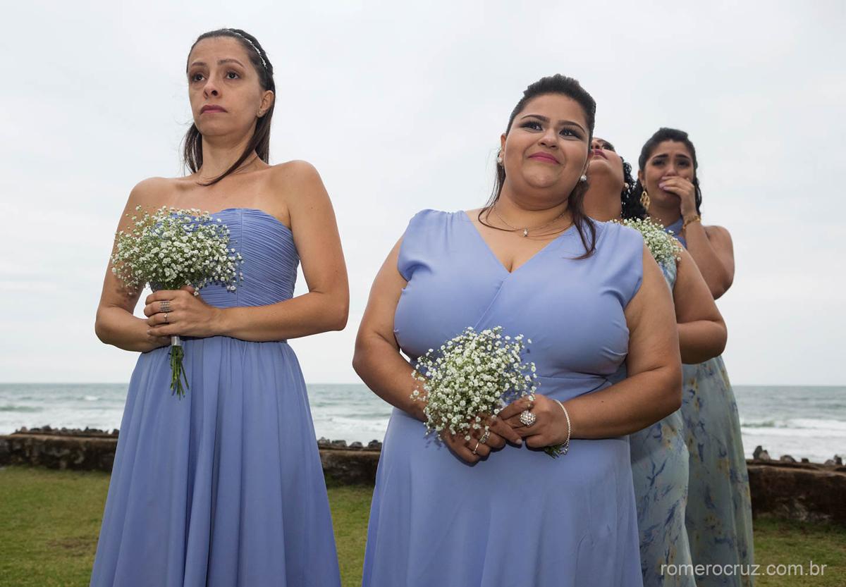 Madrinhas da noiva emocionadas em casamento na praia fotografado pelo fotógrafo Romero Cruz