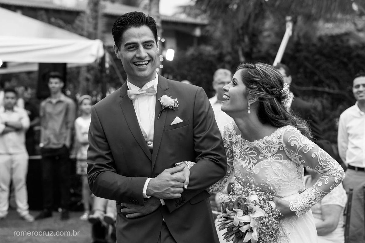Romero Cruz fotógrafo profissional de casamento fotografa a felicidade dos noivos em casamento na praia