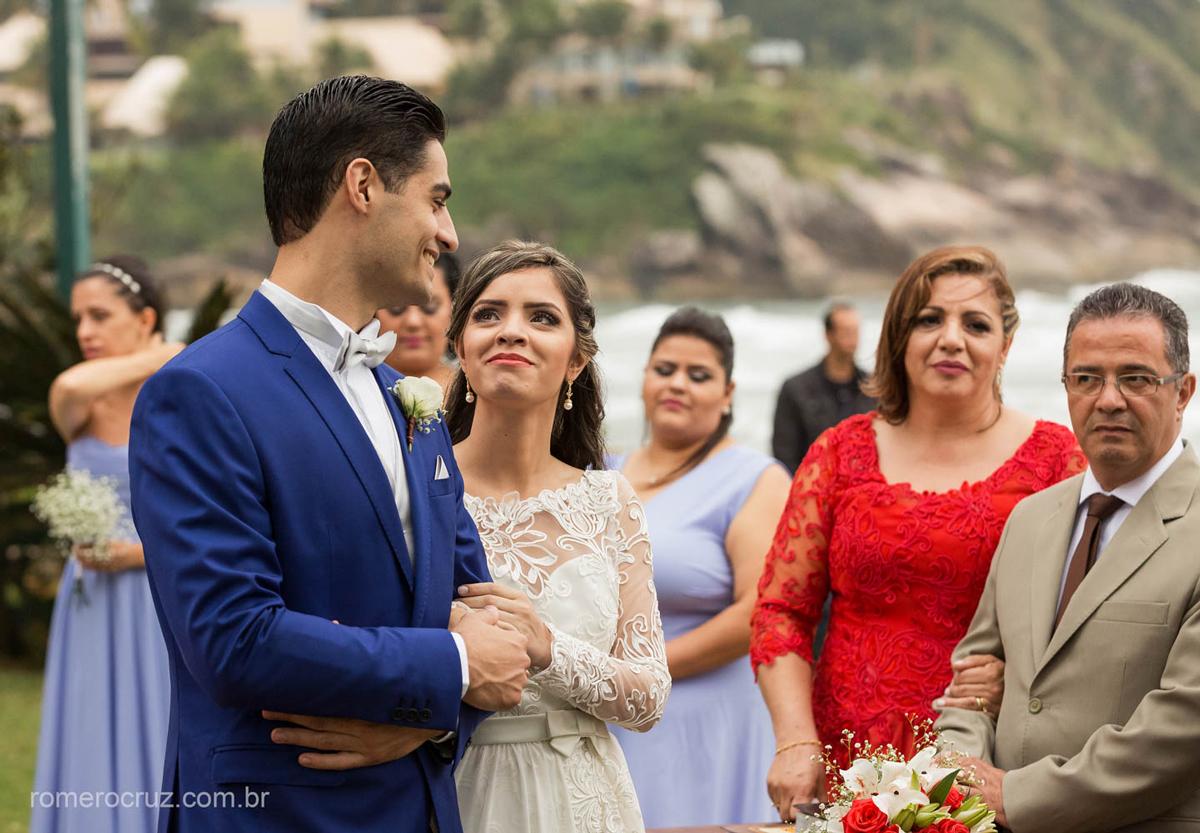 Fotógrafo Romero Cruz fotografa olhar apaixonado da noiva em casamento na praia