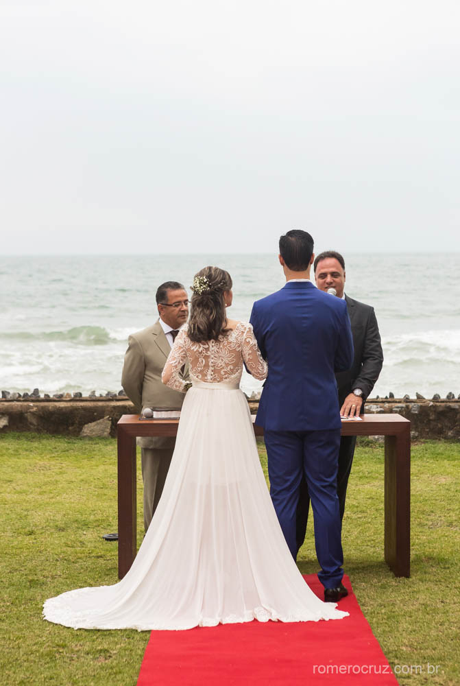 Lindo casamento na praia dos noivos Gabriela e Renan na praia da enseada no Guarujá-SP fotografa pelo fotógrafo profissional Romero Cruz