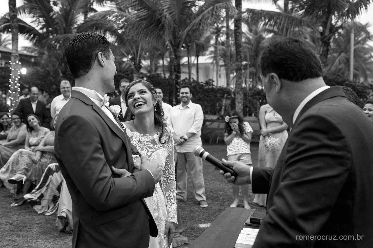 Fotografia da felicidade dos noivos em casamento na praia fotografado pelo fotógrafo profissional Romero Cruz