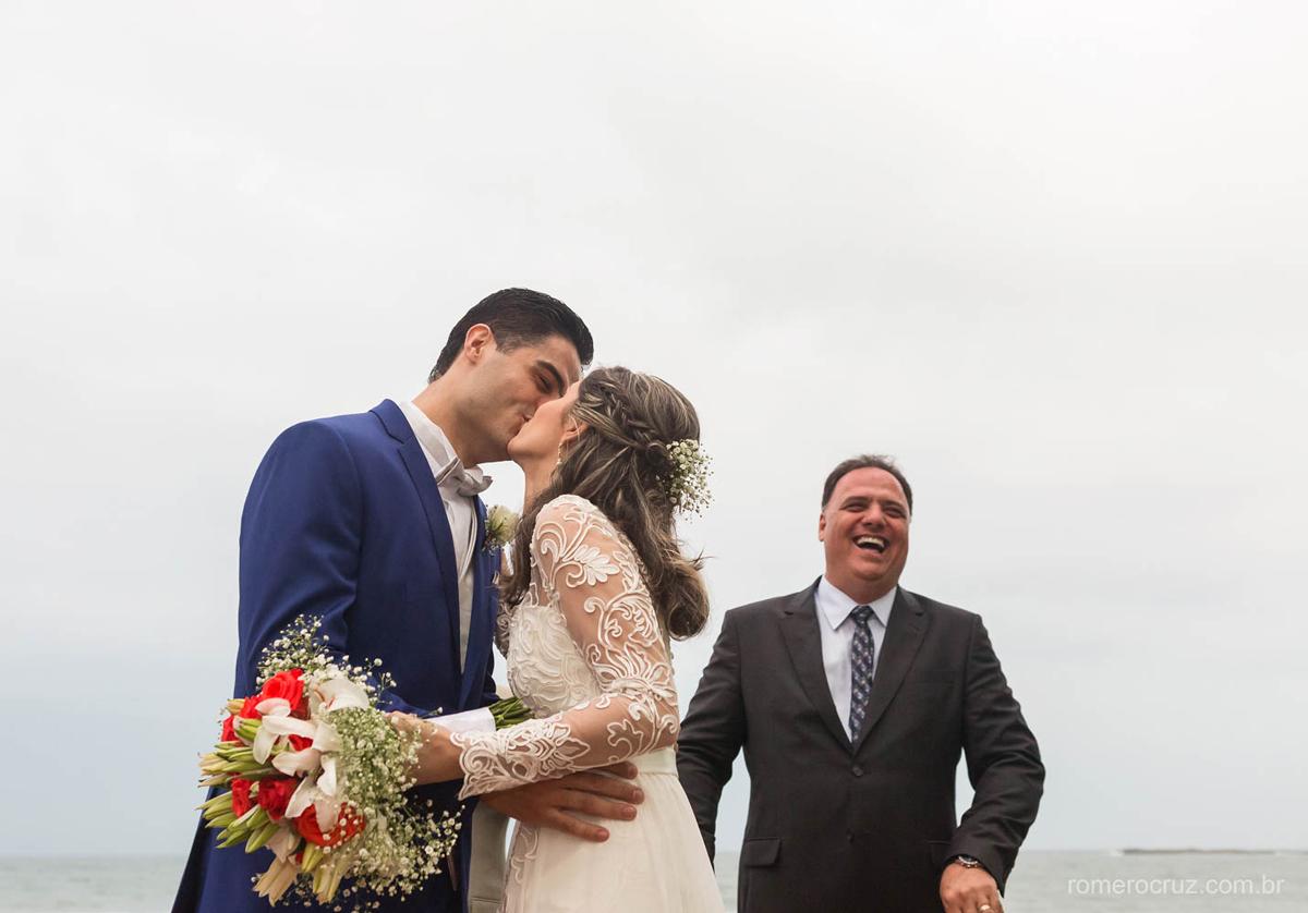 Romero Cruz fotógrafo profissional de casamento fotografou o beijo apaixonado dos noivos Gabriela e Renan