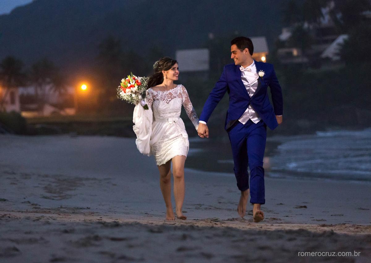 Ensaio de casamento na praia dos noivos Gabriela e Renan na praia da enseada no Guarujá-SP pela lente do fotógrafo Romero Cruz