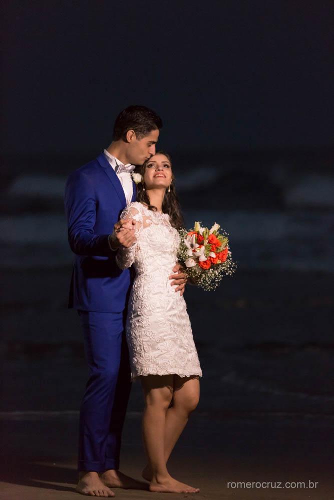 Fotógrafo Romero Cruz em ensaio fotográfico na praia noturno do casal Gabriela e Renan na praia da Enseada Guarujá-SP