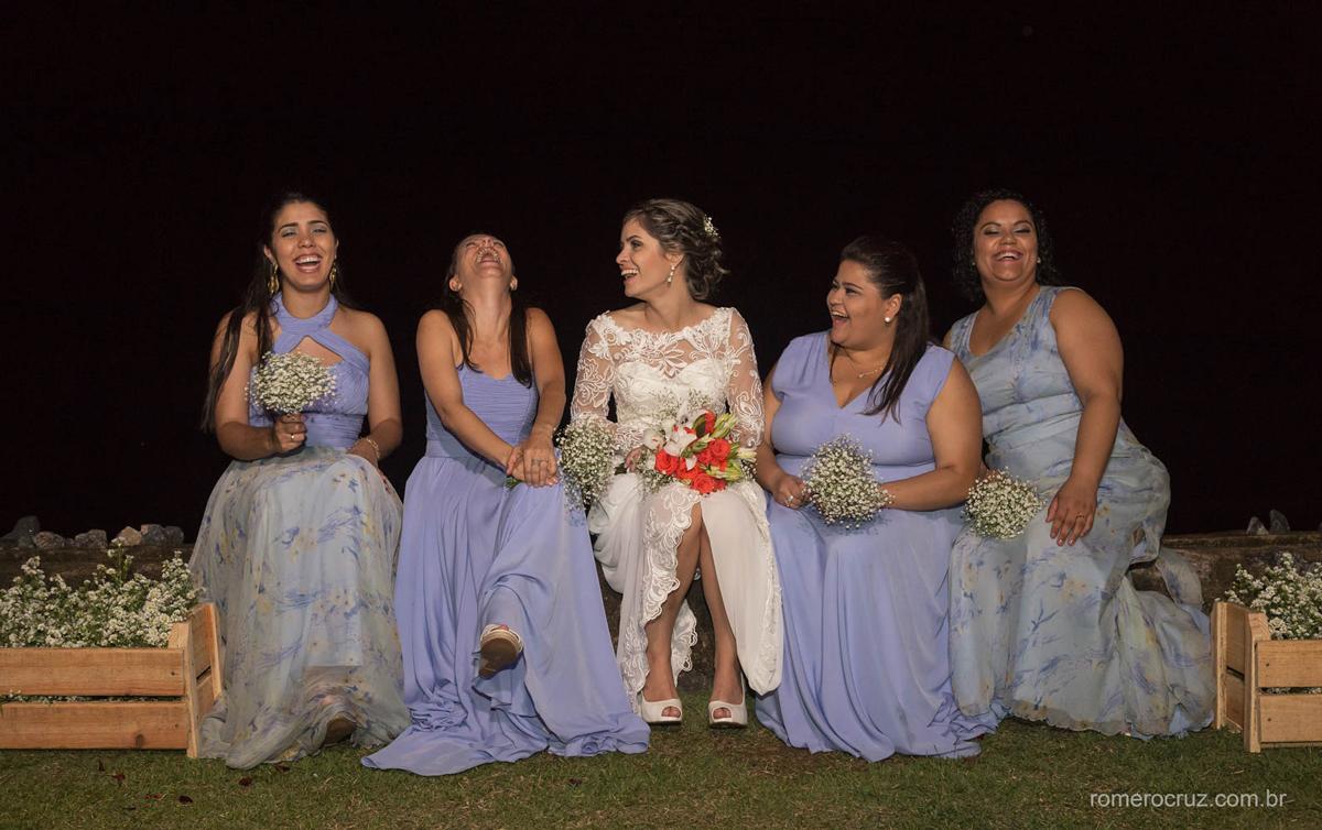 Romero Cruz fotógrafo profissional de casamento capturou a felicidade da noiva com suas daminhas em casamento na praia