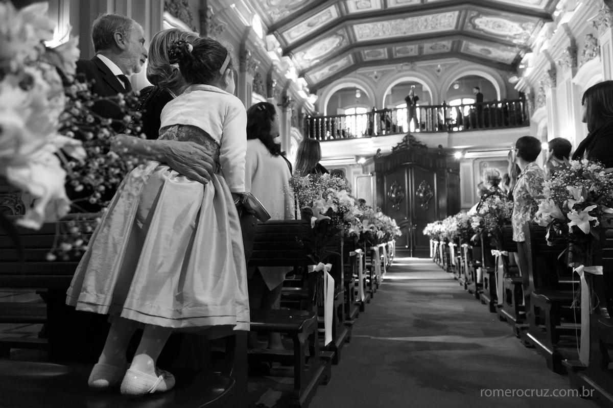 Foto antes da entrada da noiva na capela da PUC em São Paulo na foto do fotógrafo Romero Cruz