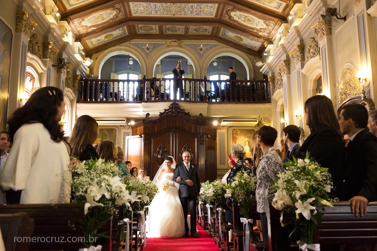 O fotógrafo Romero Cruz fotografou a entrada da noiva Giovanna em casamento na Capela da PUC em São Paulo-SP
