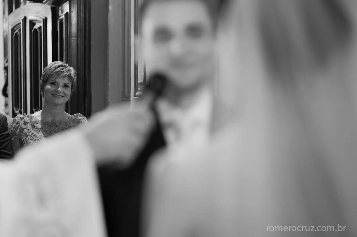 Mãe do noivo emocionado no casamento do seu filho Heitor fotografado pelo fotógrafo Romero Cruz na Capela da PUC em São Paulo-SP