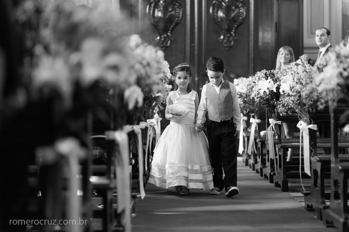 Entrada da daminha e do pajem em casamento na Capela da PUC em São Paulo-SP na fotografia de Romero Cruz