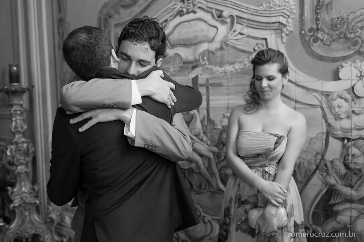 Noivo abraça seu melhor amigo em casamento na Capela da PUC em São Paulo-SP pela lente do fotógrafo Romero Cruz