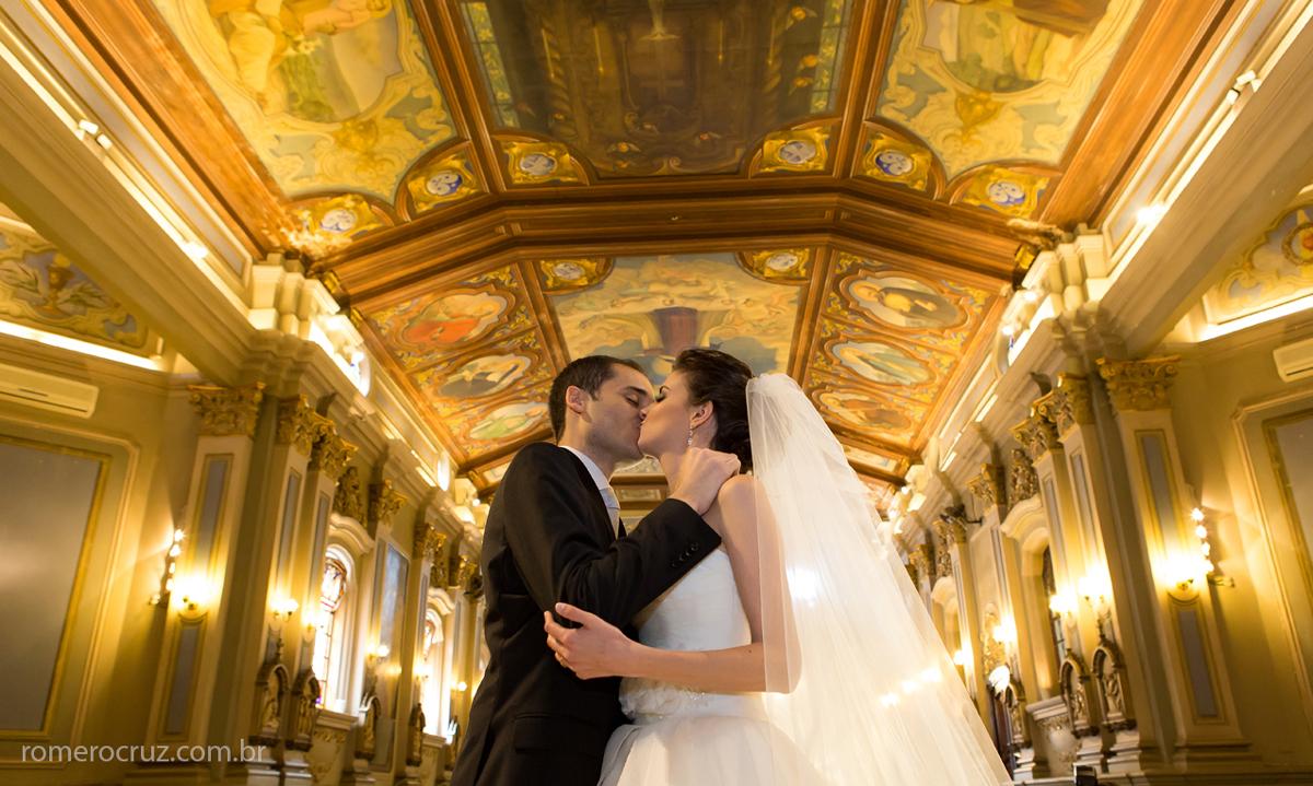 Capela da PUC em São Paulo-SP foto de Romero Cruz do beijo dos noivos