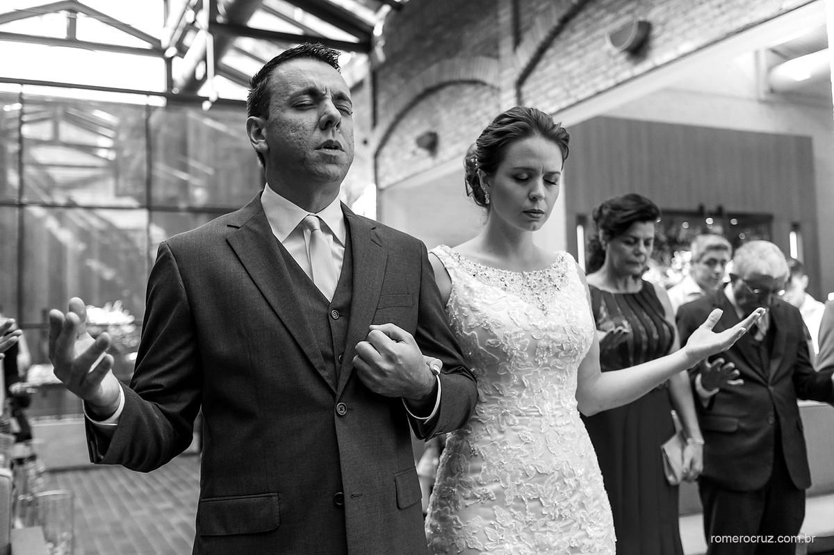 Momento de oração com muita emoção captada pelo fotógrafo Romero Cruz em casamento no Restaurante Cantaloup em São Paulo-SP