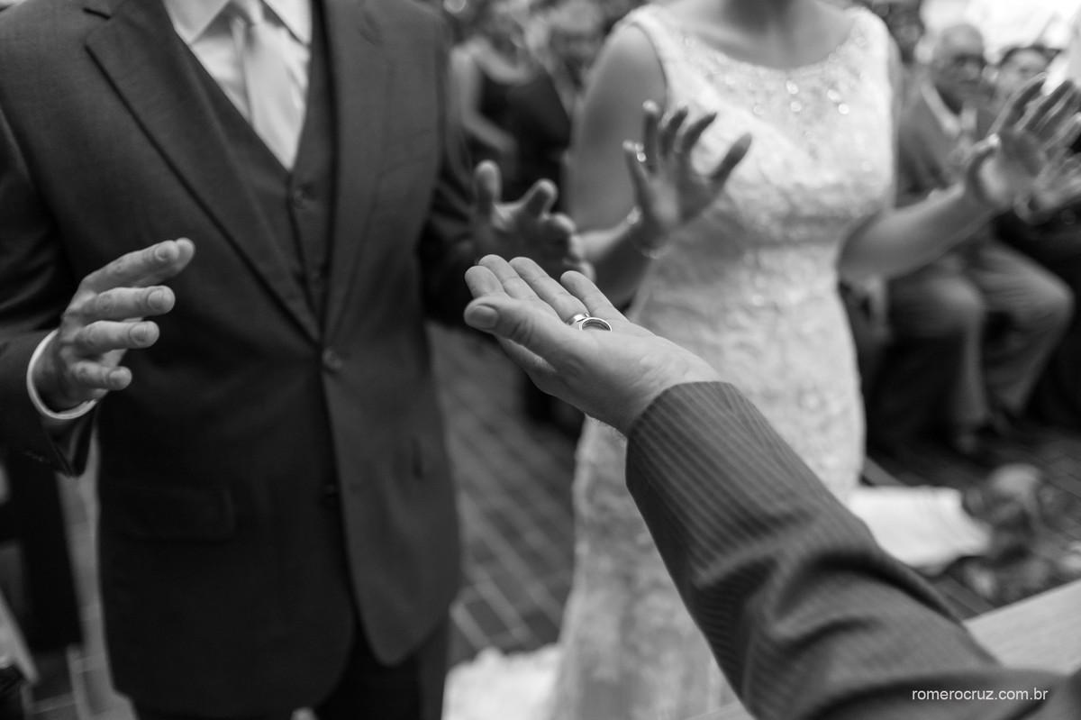 Foto das alianças no casamento do casal Isabella e Rogerio fotografado pelo fotógrafo profissional Romero Cruz