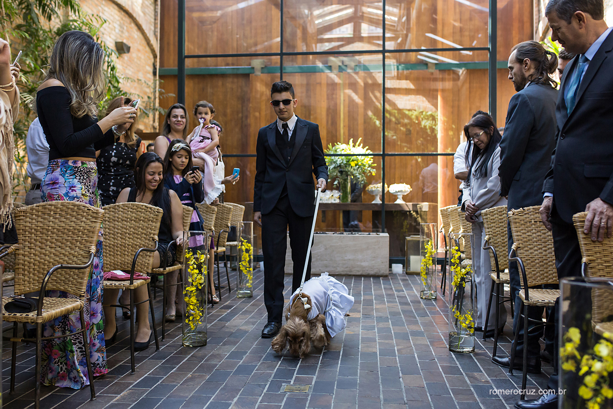 Entrada das alianças pelo cachorro de estimação do casal no casamento no Restaurante Cantaloup