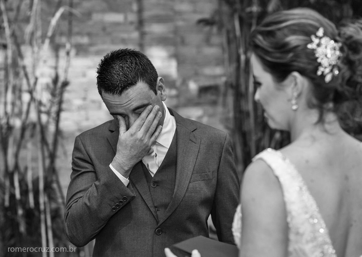 O fotógrafo Romero Cruz fotografou o noivo emocionado em casamento