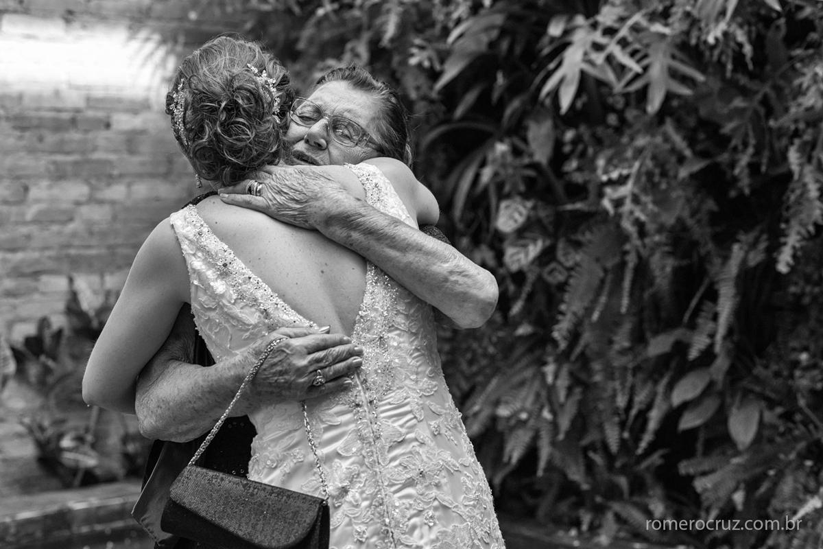Fotografia emocionante da noiva abraçando a avó pela lente do fotógrafo Romero Cruz