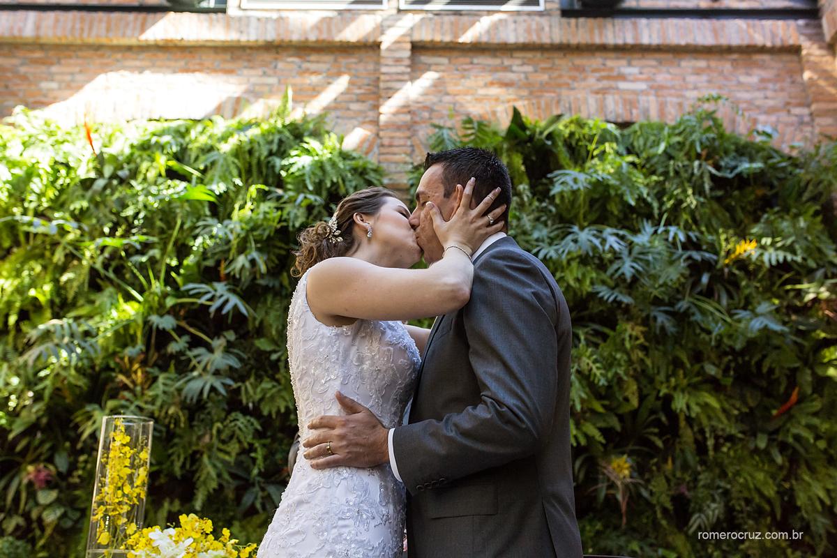 Beijo dos noivos no restaurante Cantaloup em São Paulo-SP clicado pelo fotógrafo profissional Romero Cruz