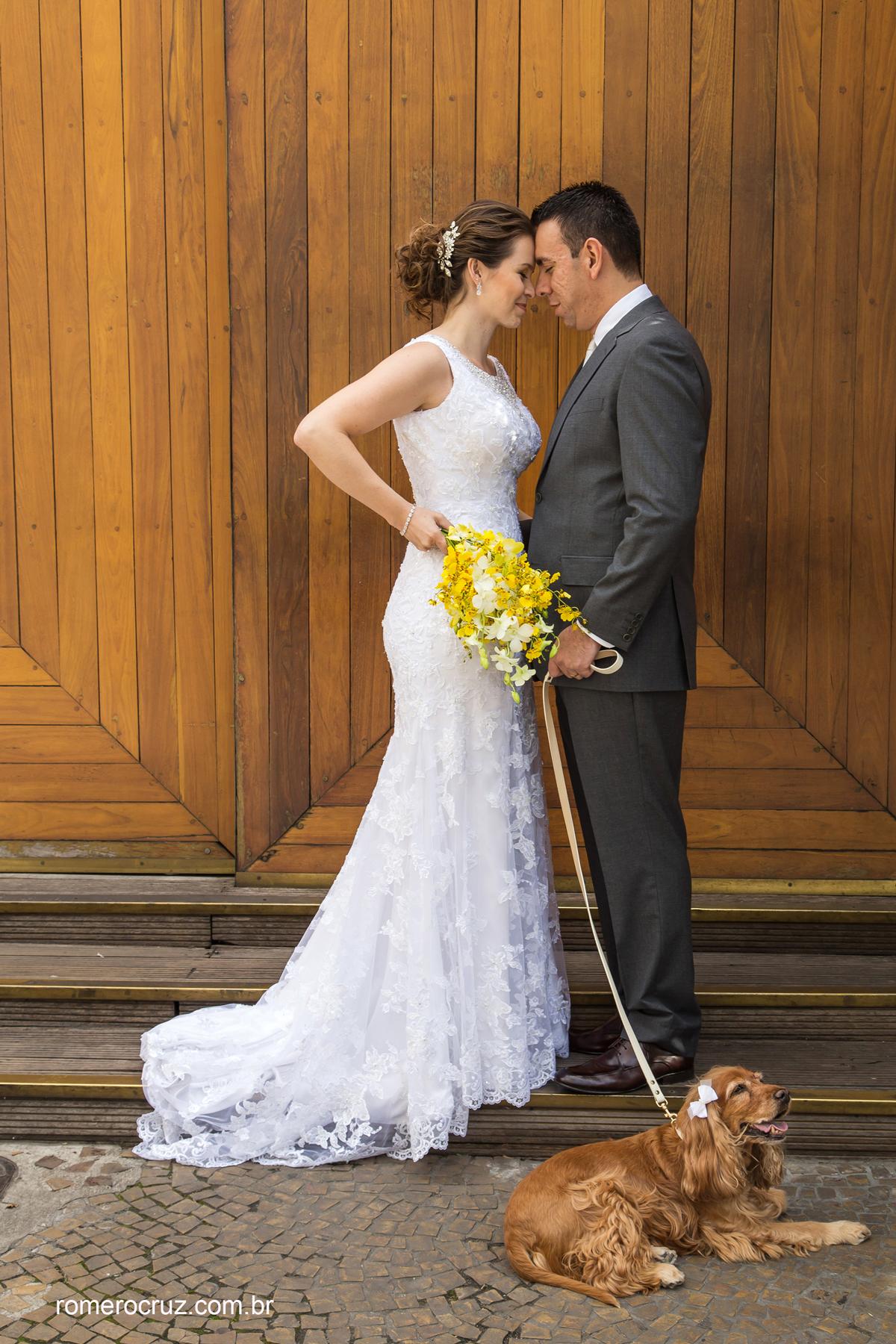 Ensaio fotográfico de casamento dos noivos com seu animal de estimação clicado pelo fotógrafo Romero Cruz